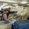 郵便届ける業務否定する民営化  株式上場機に物流拠点化