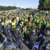 フランス全土で28万人がデモ 政府の燃料課税に抗議し道路を封鎖